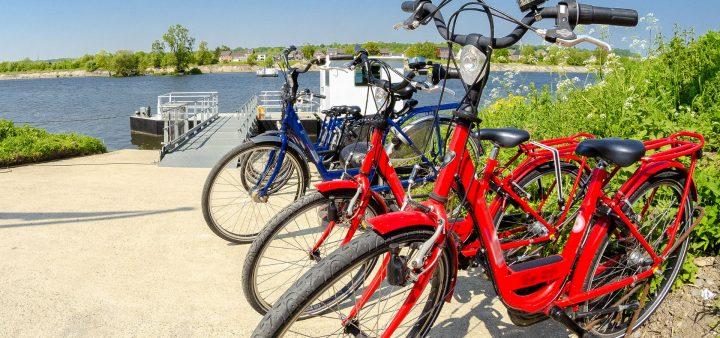 2 vélos de tourisme garés près de l'eau sur les aménagements cyclables des boucles de Seine